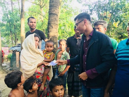 Ahmed Ullah distributing funds to Rohingya refugees who are living outside of the refugee camps on rented land in Bangladesh.